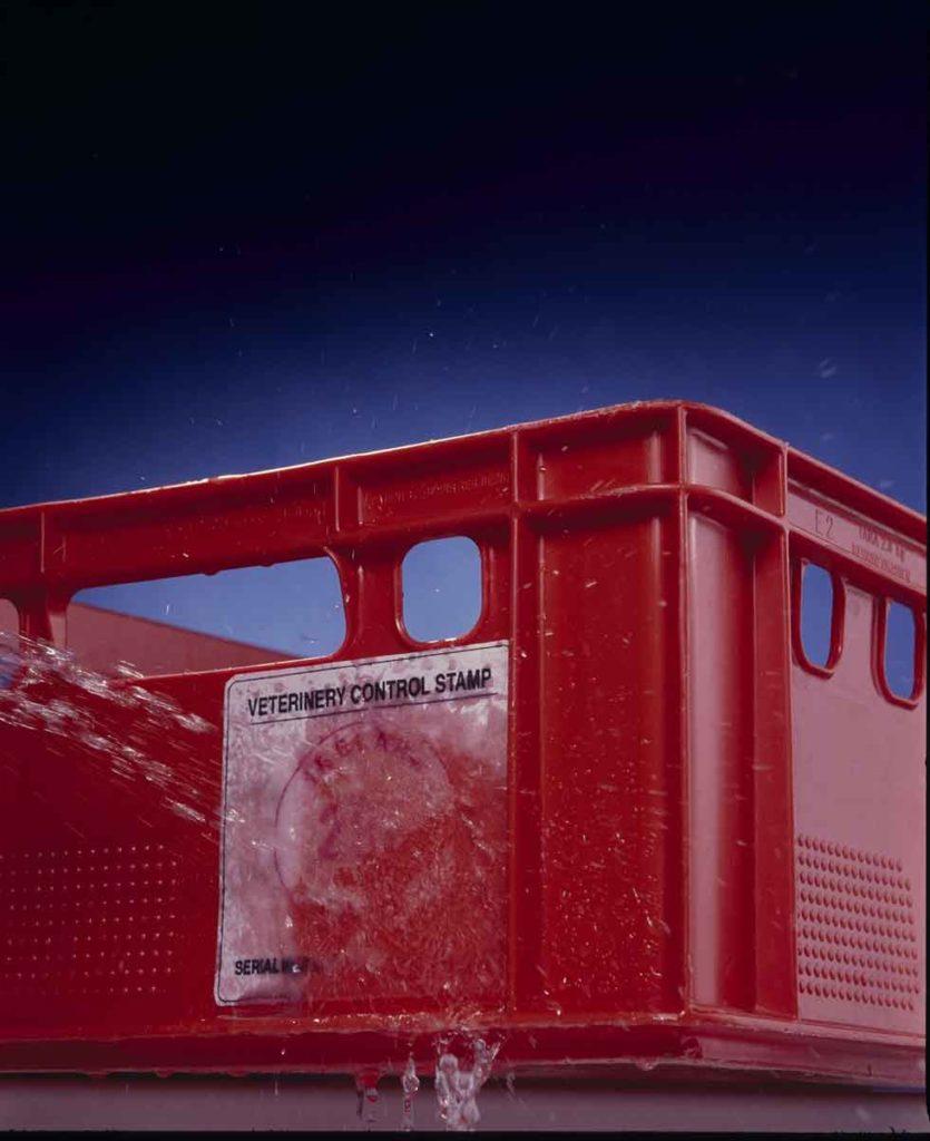 Wasserlösliche Etiketten auf einer E2 Kiste abgewaschen