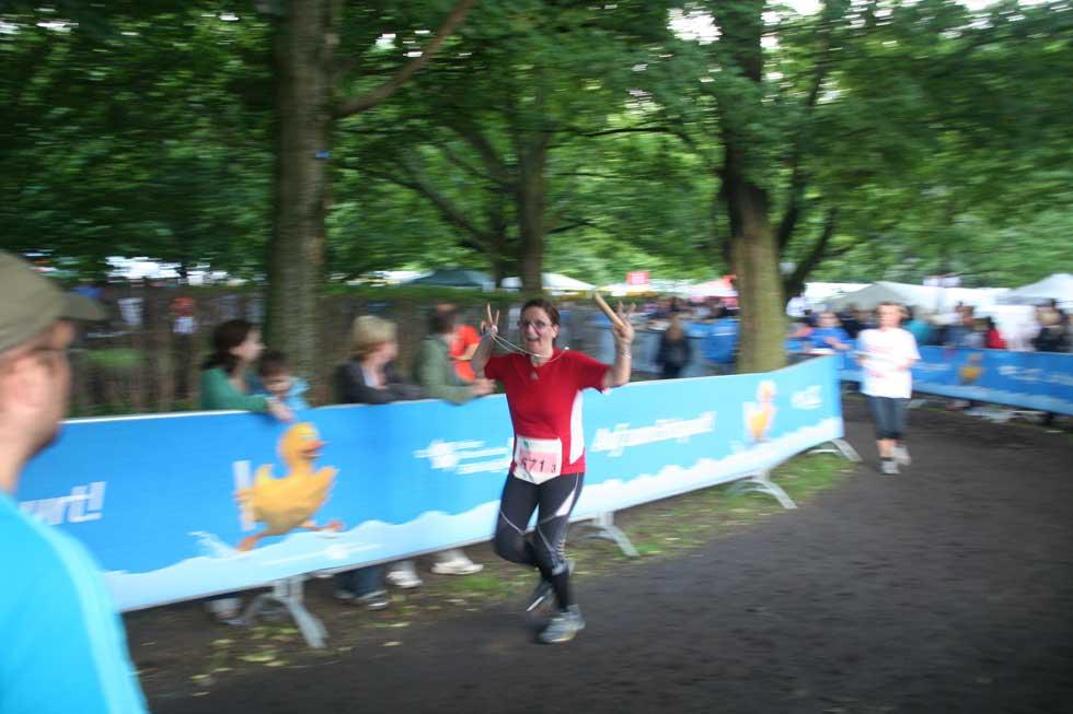 Kollegin auf der Laufstrecke des Firmenlaufs 2011