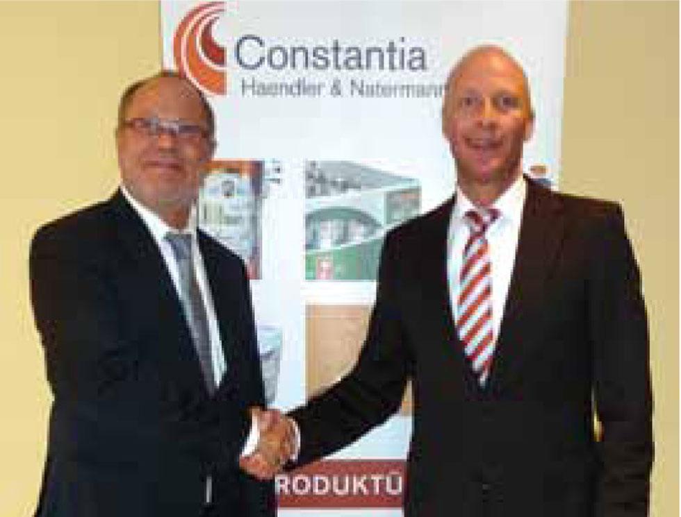 Handschlag besiegelt die Kooperation zwischen Märkische Etiketten GmbH und Haendler und Natermann